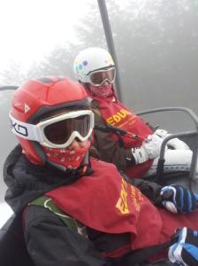 Grupo de niños en la nieve. Curso de esqui